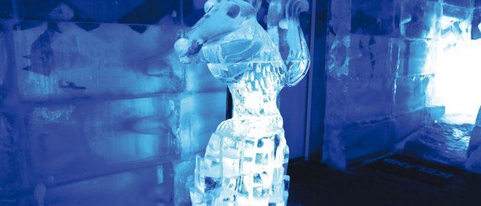Escultura de esquilo de gelo