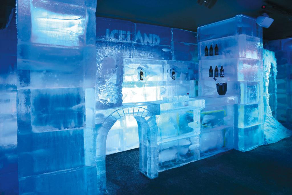 Bar de Gelo com balcões, prateleiras e paredes de gelo.