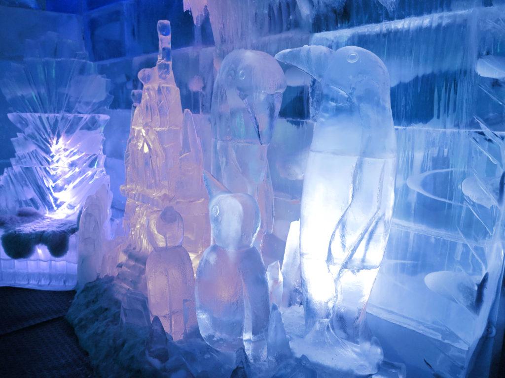 Esculturas de gelo em formatos de pinguins e castelo.