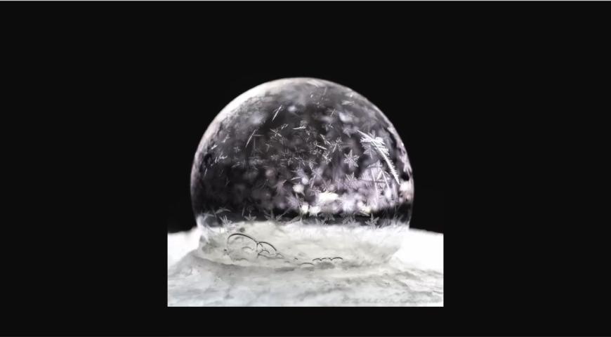 O belo efeito da bolha de sabão congelada