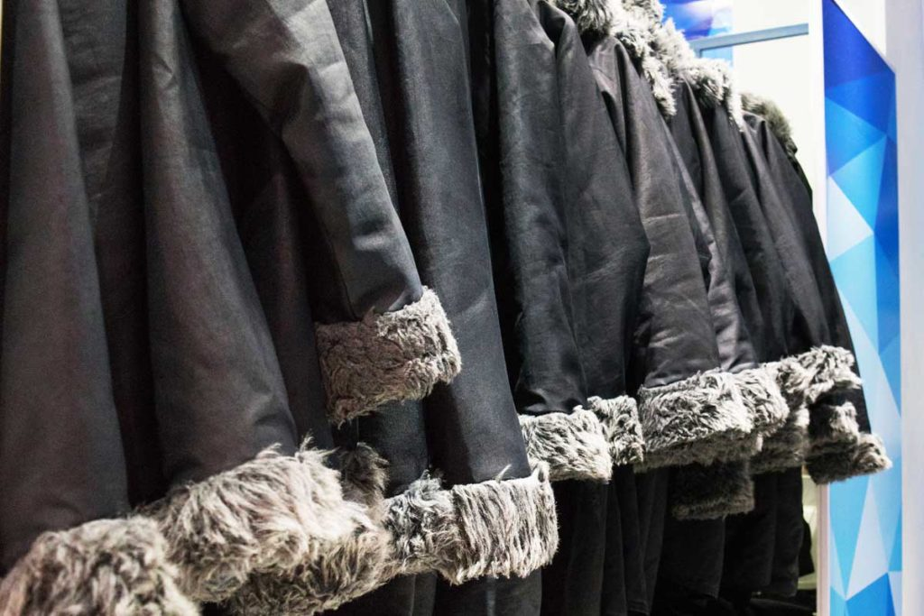 Casacos que são oferecidos para o passeio no gelo.