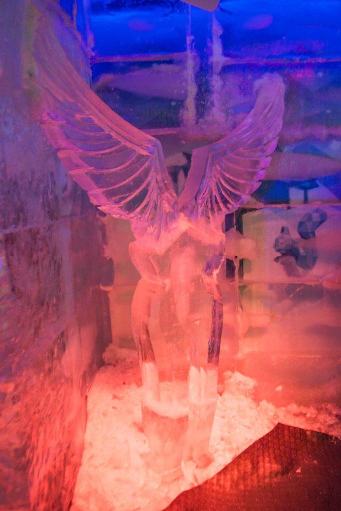 Escultura de asas feita com gelo, para fotografar.