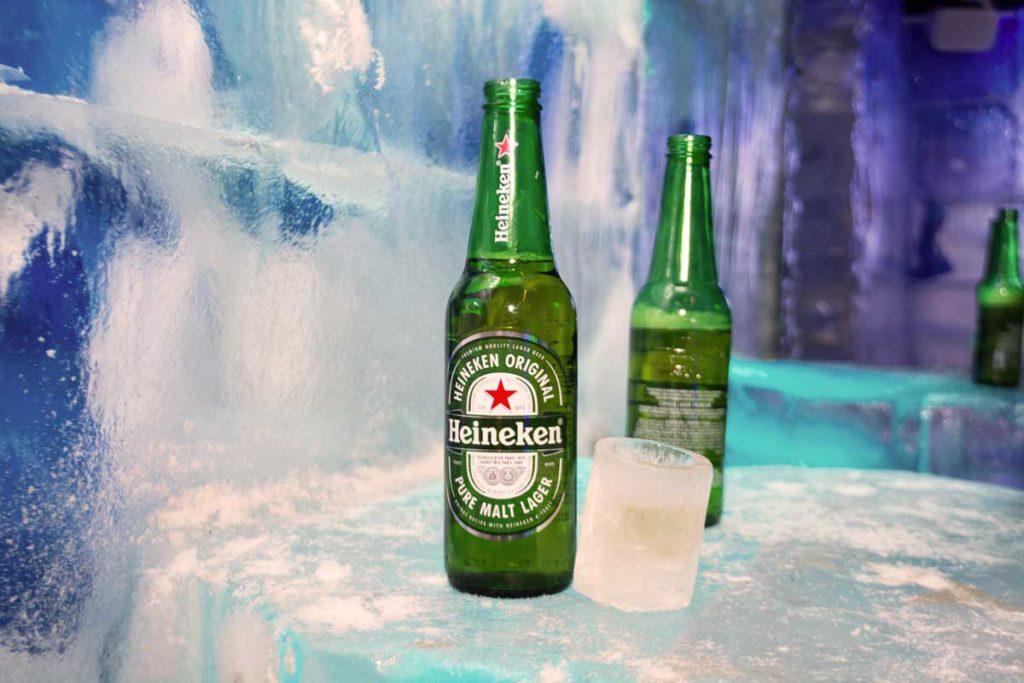 Uma garrafa de Heineken sobre o balcão de gelo do Iceland.