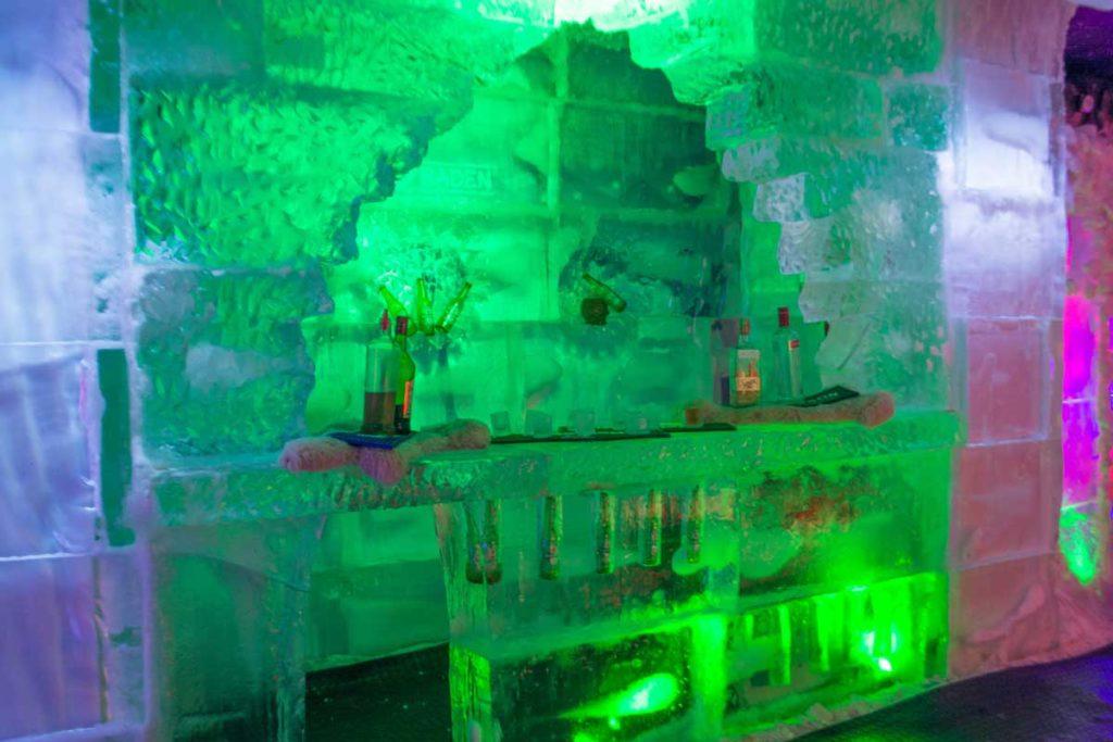 Bar feito 100% de gelo, com balcão e prateleiras congeladas, além de possuir garrafas nos blocos das paredes.