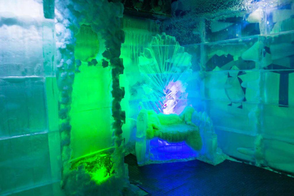 Cenário do Bar de Gelo onde é possível ver a estrutura para fotos e a poltrona de gelo.