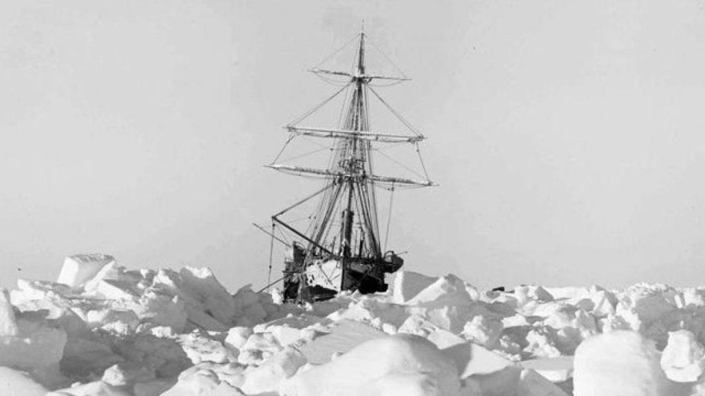 O Navio Endurance encalhado em meio a geleira.