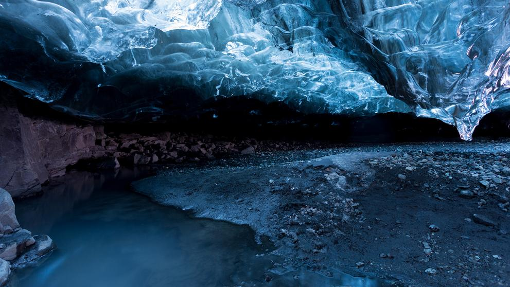 Lago subterrâneo que cria um ambiente todo azulado.