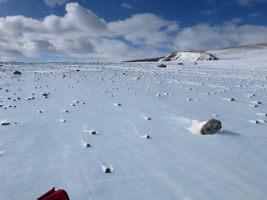 Paisagem polar com meteoritos sobre o solo.
