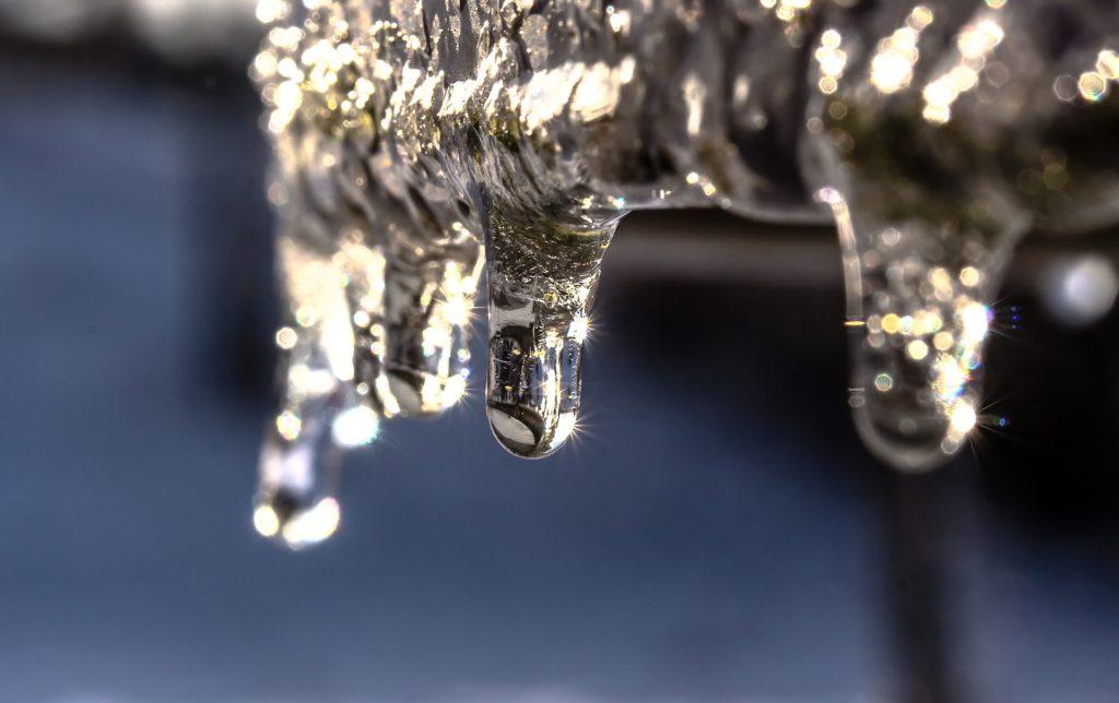 A ocorrência do sincelo formando uma imagem similar a gotas que congelaram ao cair.