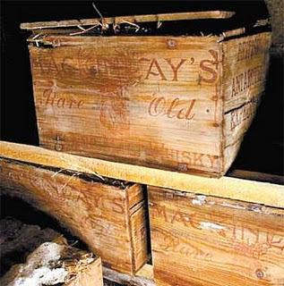 Caixas de madeira com a marca gravada na parte externa.