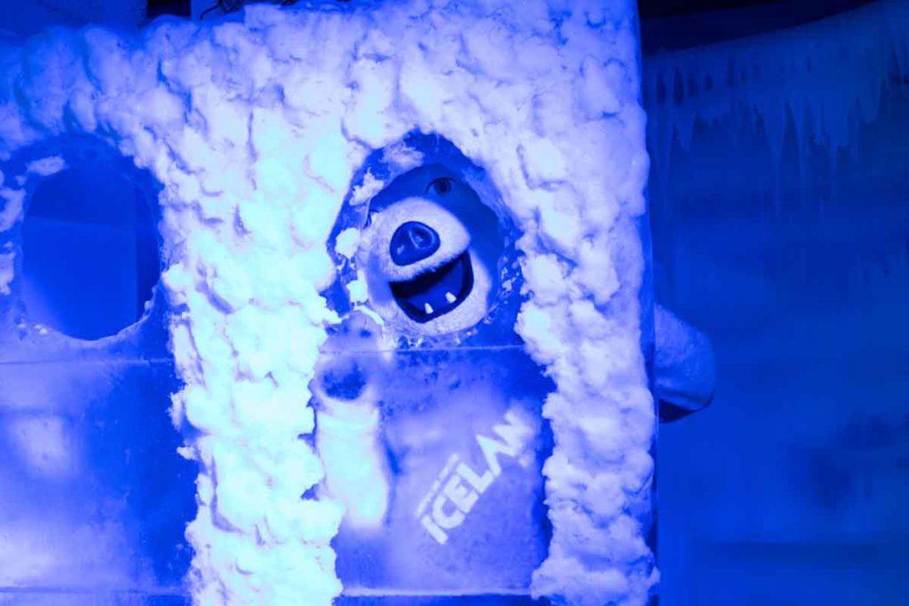 O Urso polar, mascote do Iceland, posa em um painel de gelo onde é possível posicionar o rosto para foto. Passeio ideal para fazer em Campos do Jordão.
